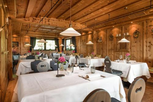 A restaurant or other place to eat at Hotel Tirolensis