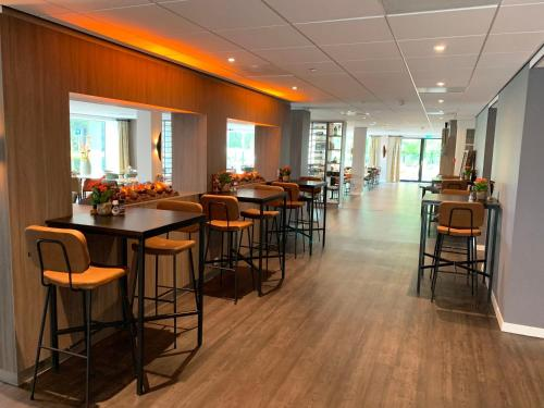 A restaurant or other place to eat at Golden Tulip Zoetermeer - Den Haag