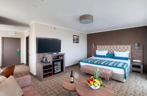 A bed or beds in a room at Hotel & Casino Cherno More