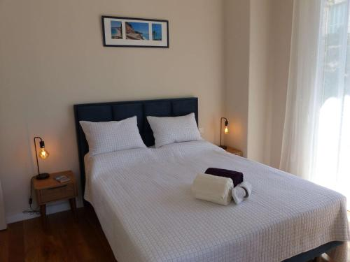 A bed or beds in a room at Coquet appartement centre-ville - Carré d'or