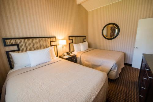 A bed or beds in a room at Los Gatos Lodge