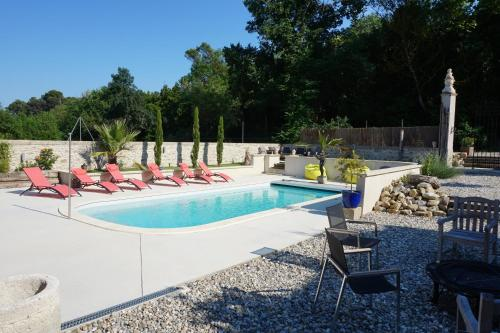 Het zwembad bij of vlak bij Le Clos des Troubadours