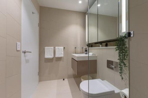 A bathroom at Amazing Harbour view apt in Heat of Sydney