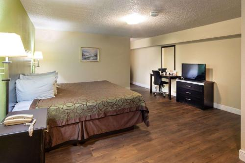 A bed or beds in a room at Rodeway Inn Georgetown