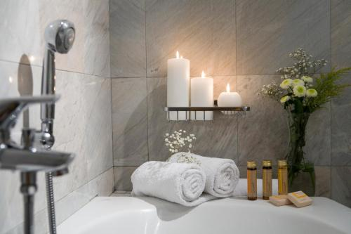 A bathroom at Arni Hotel Domotel