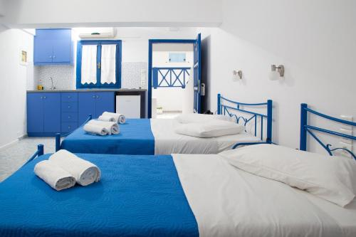 A bed or beds in a room at Roula Villa Studios & Apartments