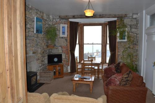 Apartment 2, The Stones, Pednolver