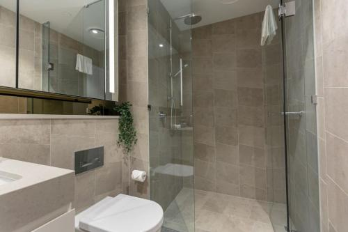 A bathroom at High Rise apt in Heart of Sydney wt Harbour View