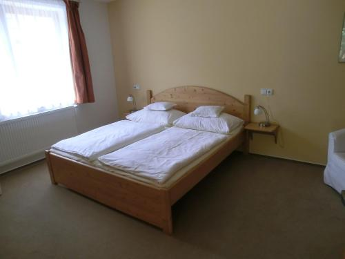 A bed or beds in a room at Pension Rondel