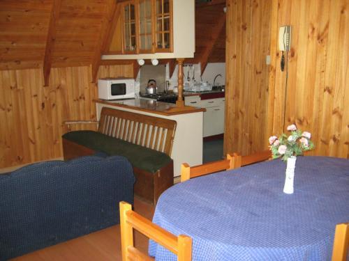 A kitchen or kitchenette at Cabaña & Hostal Vegmont