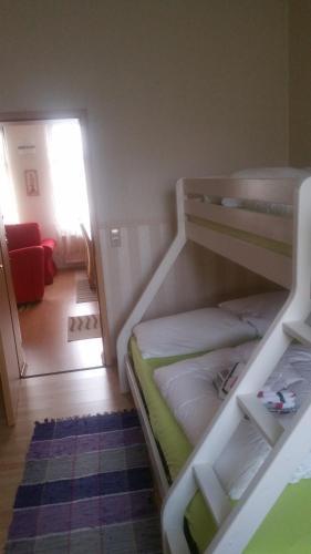 Ein Etagenbett oder Etagenbetten in einem Zimmer der Unterkunft Fewo-Storchenblick