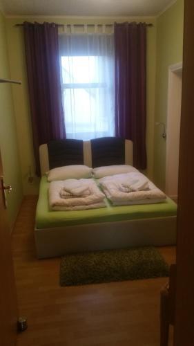 Ein Bett oder Betten in einem Zimmer der Unterkunft Fewo-Storchenblick