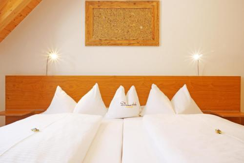 A bed or beds in a room at Simmernhof Mossendorf