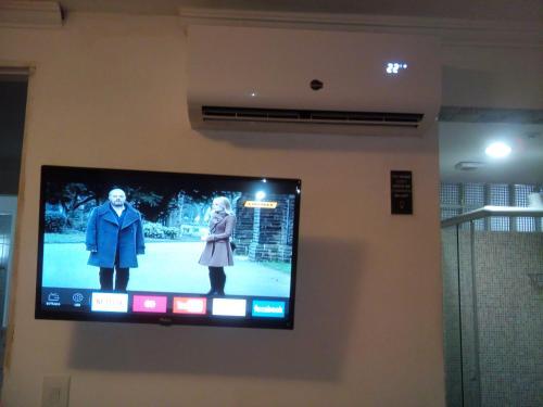 Uma TV ou centro de entretenimento em Pousada Enseada do Sossego