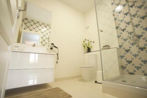 A bathroom at Home Sweet Lisbon Suites