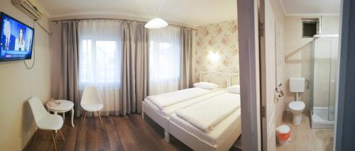 Un pat sau paturi într-o cameră la Pensiunea Bella