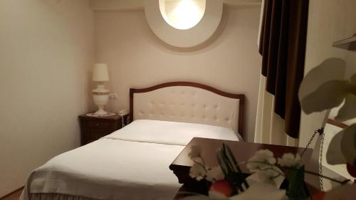 A bed or beds in a room at Hotel Geolog