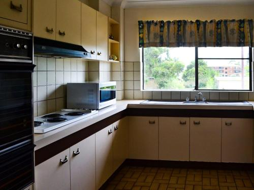 A kitchen or kitchenette at Bowling Greens 7