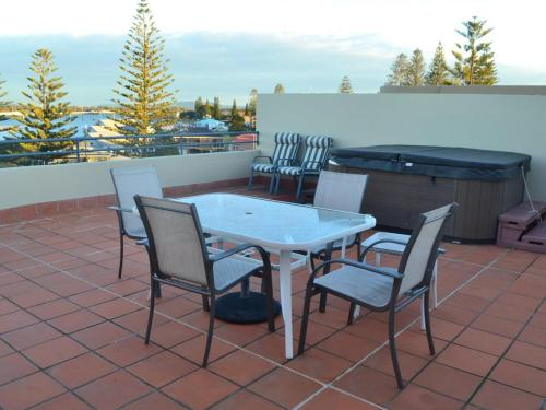 A balcony or terrace at Castillo Del Mar 10 - Lake View Roof Terrace with Spa