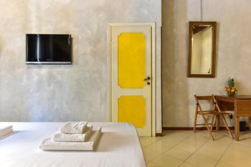A bed or beds in a room at Trastevere Queen
