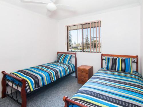 A bed or beds in a room at Seabreeze 5 Opposite Bowling Club