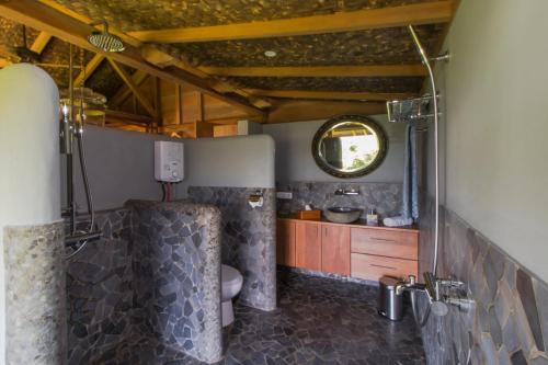 A bathroom at Rumah Lereng Bandung