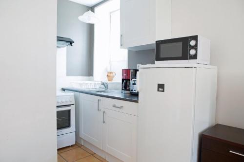 A kitchen or kitchenette at Gite la Maison du Tonnelier, Route des Grands Crus