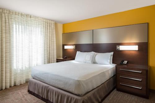 A bed or beds in a room at Residence Inn by Marriott Denver Central Park