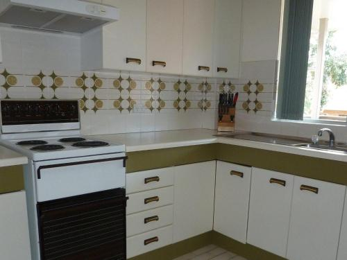 A kitchen or kitchenette at The Breakers 13
