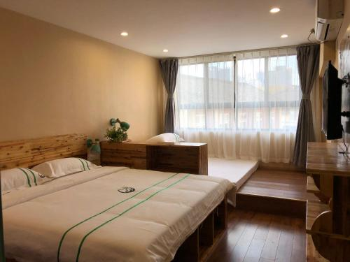 A bed or beds in a room at Xishu Garden Inn
