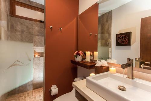 A bathroom at Pinnacle Resorts 220