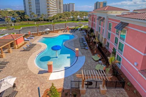 Vista sulla piscina di Hampton Inn & Suites Destin o su una piscina nei dintorni