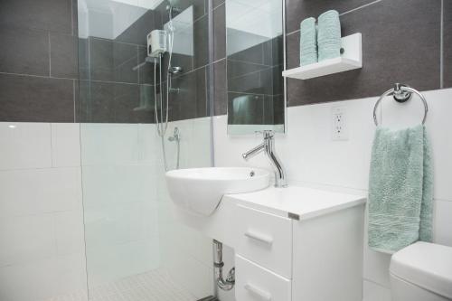 Um banheiro em Little Jungle Apartments Aruba