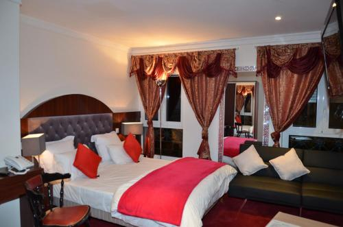 A bed or beds in a room at Hotel Regina Montmartre