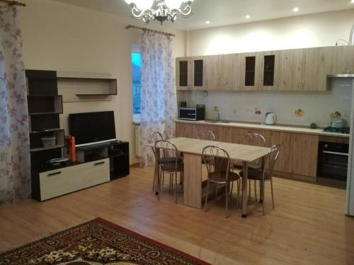 Кухня или мини-кухня в Apartment on Leytenanta Katina