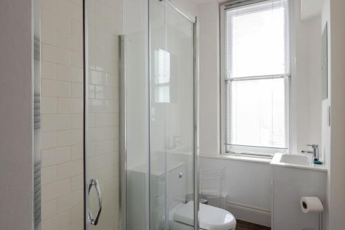 A bathroom at Flat in the heart of London for 6 guests by GuestReady
