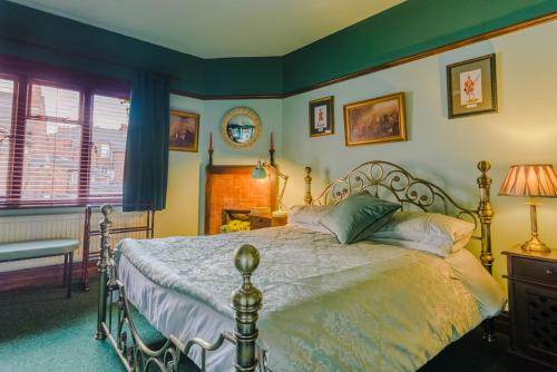 A bed or beds in a room at Golden Eagle