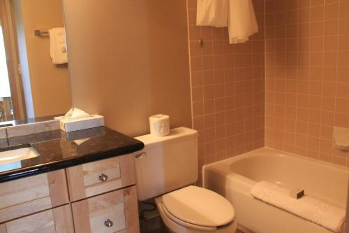 A bathroom at Waterton Lakes Lodge Resort