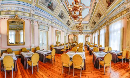 A restaurant or other place to eat at Gran Hotel Las Caldas Wellness Clinic