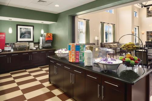 Ein Restaurant oder anderes Speiselokal in der Unterkunft Hampton Inn & Suites Birmingham/280 East-Eagle Point