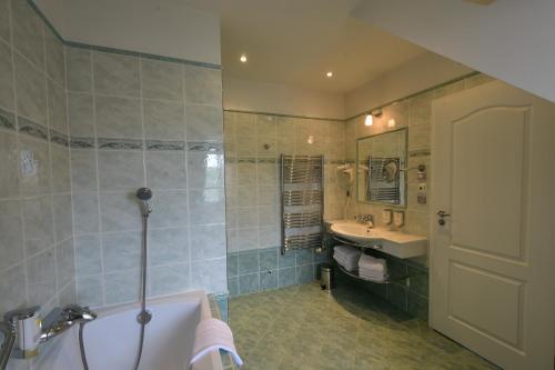Koupelna v ubytování Sant Georg Garni