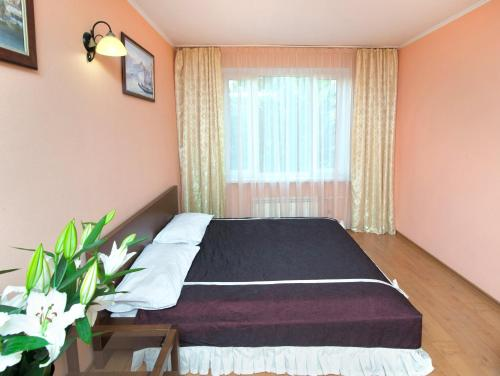 A bed or beds in a room at Apartments near Yugo-Zapadnaya