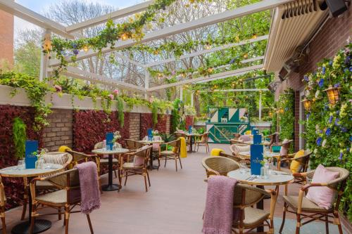 A restaurant or other place to eat at Iveagh Garden Hotel