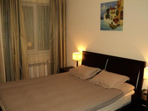 A bed or beds in a room at Royal Plaza Apartments