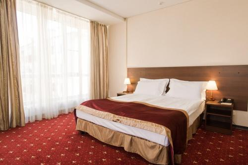 A bed or beds in a room at Davidov Hotel