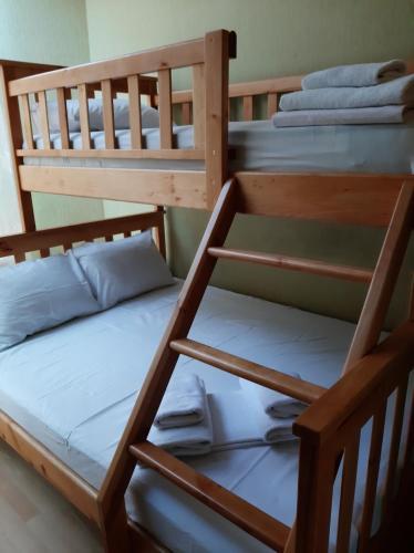 Двухъярусная кровать или двухъярусные кровати в номере Zirka Hotel