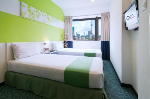 سرير أو أسرّة في غرفة في فندق سيتين مسجد جاميك باي كومباس هوسبيتاليتي