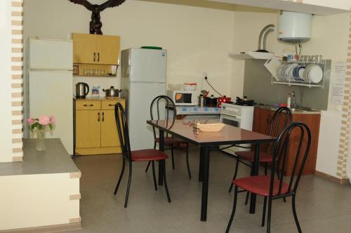 Кухня или мини-кухня в Гостевой Дом Александрия