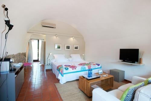 Ein Bett oder Betten in einem Zimmer der Unterkunft Mas Falgarona Hotel Boutique & SPA