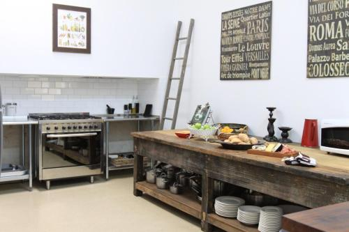 A kitchen or kitchenette at Healesville Garden Accommodation Houses